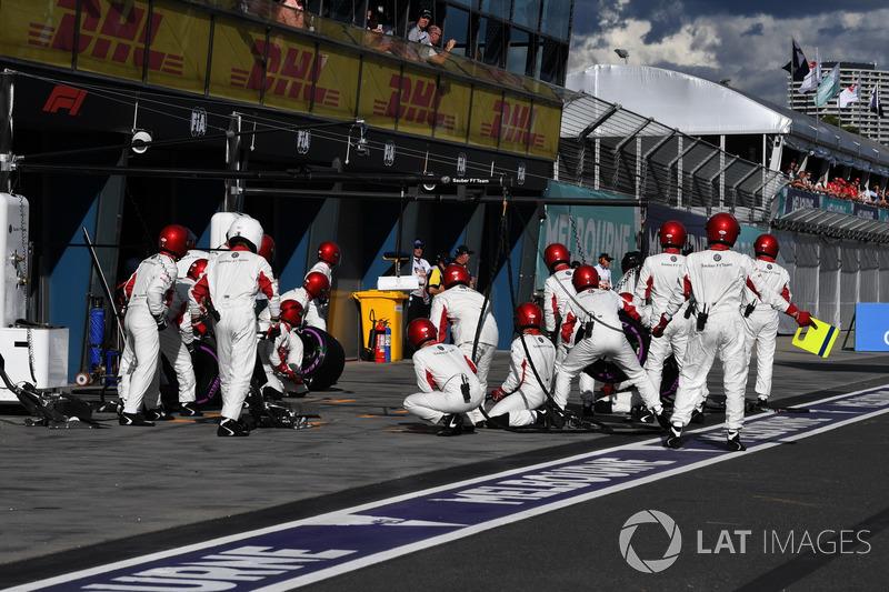 Meccanici Sauber pronti per il pit stop