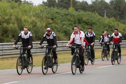 Alexander Wurz, Fernando Alonso, Kazuki Nakajima, Toyota Gazoo Racing, à vélo sur le circuit