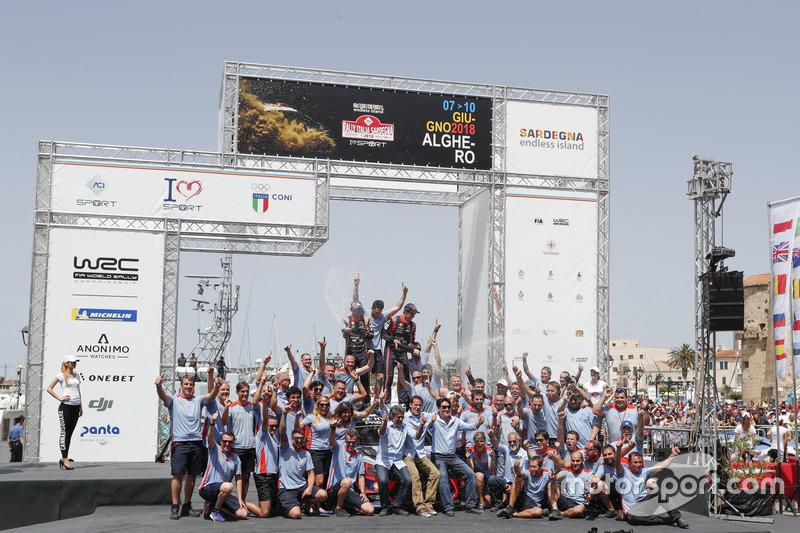 I vincitori Thierry Neuville, Nicolas Gilsoul, Hyundai Motorsport Hyundai i20 Coupe WRC, con il team