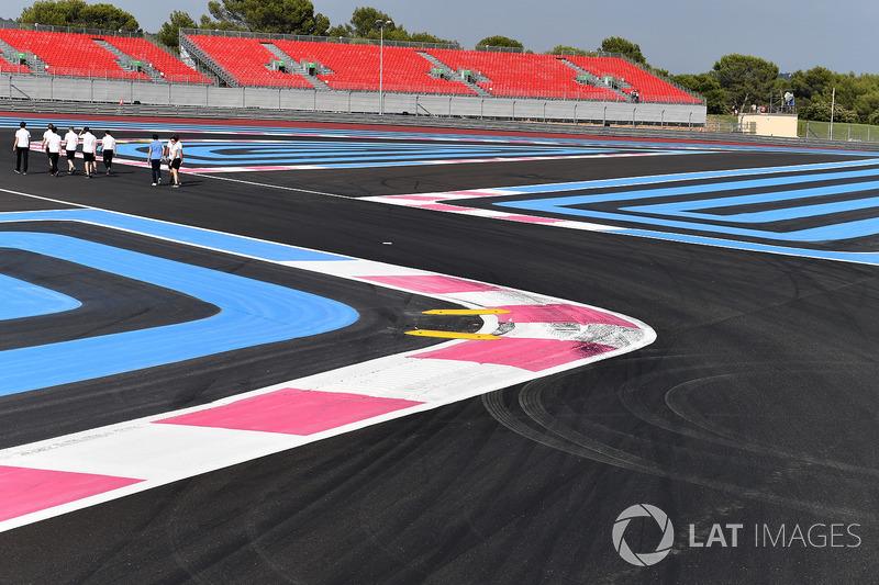 Fernando Alonso, McLaren, mengitari trek