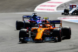 Stoffel Vandoorne, McLaren MCL33, Brendon Hartley, Toro Rosso STR13