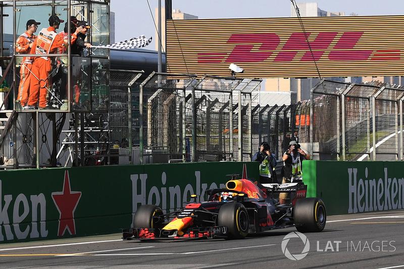 Le vainqueur Daniel Ricciardo, Red Bull Racing RB14 passe sous le drapeau à damier