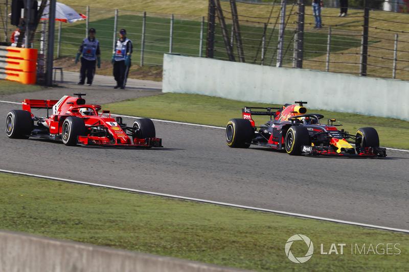 Daniel Ricciardo, Red Bull Racing RB14 Tag Heuer, supera Sebastian Vettel, Ferrari SF71H