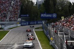 El Safety Car al frente de Lewis Hamilton, McLaren MP4-23, Robert Kubica, BMW Sauber F1.08, y Kimi Raikkonen, Ferrari F2008