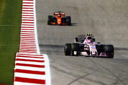 Esteban Ocon, Sahara Force India F1 VJM10, Fernando Alonso, McLaren MCL32