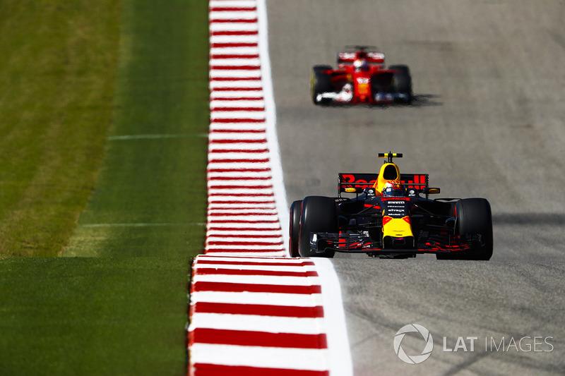 Max Verstappen seria o terceiro, após ultrapassagem em cima de Kimi, mas os comissários entenderam que ele se beneficiou da área externa da pista para ganhar vantagem e o puniram com 5 segundos em seu tempo.