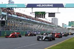 Départ : Lewis Hamilton, Mercedes AMG F1 W09 mène