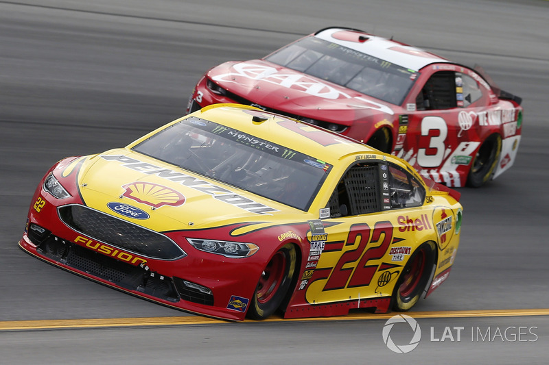 Joey Logano, Team Penske, Ford Fusion Shell Pennzoil Austin Dillon, Richard Childress Racing, Chevrolet Camaro AAA