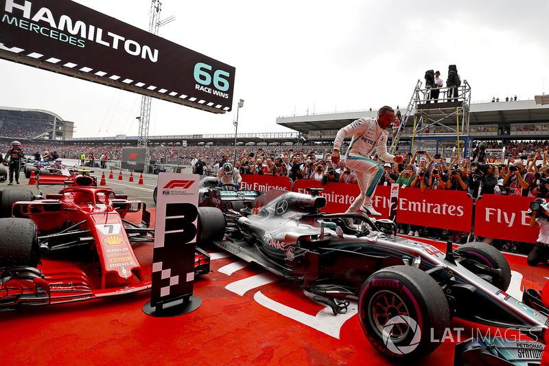 Lewis Hamilton, Mercedes AMG F1, merayakan kemenangan di parc ferme