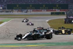 Lewis Hamilton, Mercedes AMG F1 W09, delante de Carlos Sainz Jr., Renault Sport F1 Team R.S. 18