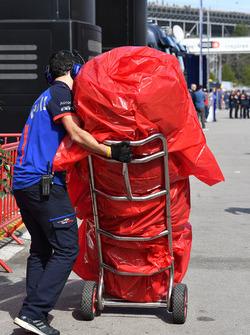 Un mécanicien de la Scuderia Toro Rosso avec des pneus Pirelli