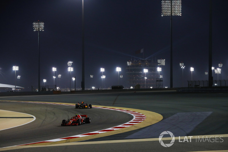 Kimi Raikkonen, Ferrari SF71H, Daniel Ricciardo, Red Bull Racing RB14 Tag Heuer