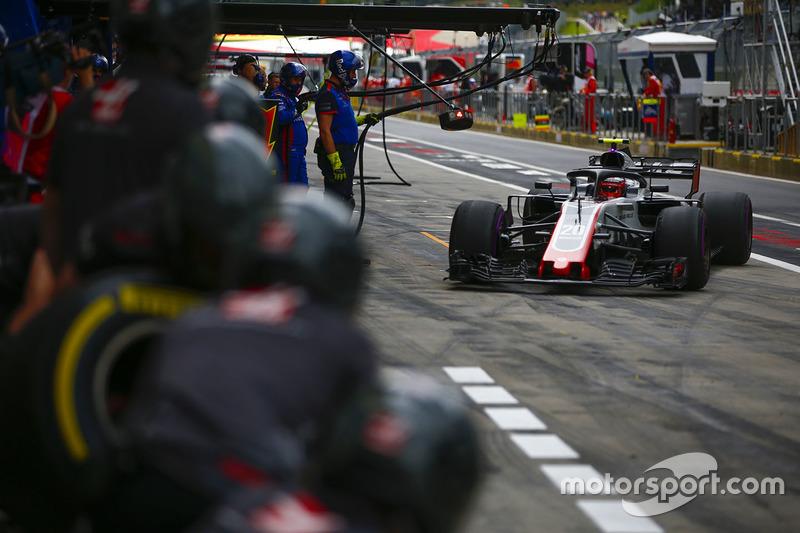 Kevin Magnussen, Haas F1 Team VF-18,en los pits durante la práctica