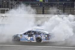 Race winner Kevin Harvick, Stewart-Haas Racing, Ford Fusion Busch Light