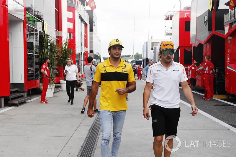 Carlos Sainz Jr., Renault Sport F1 Team, con Fernando Alonso, McLaren