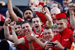 Membri del team Mahindra Racing festeggiano al podio