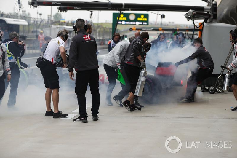 Дымящийся автомобиль Haas F1 Team VF-18 Ромена Грожана