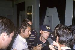 Niki Lauda, McLaren MP4/1B, est interrogé à propos de la grève des pilotes.