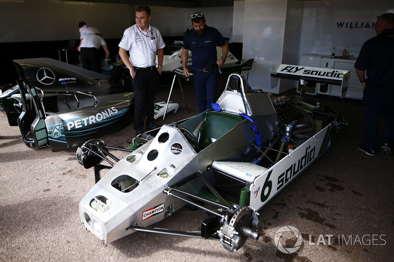 Kru Williams dan Mercedes di samping Williams FW08 Ford Cosworth milik Keke Rosberg dan Mercedes W07 milik Nico Rosberg