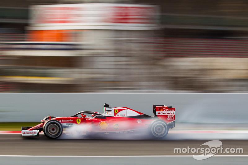 Kimi Raikkonen, Ferrari SF16-H corriendo con la cabina de Halo se bloquea en la frenada