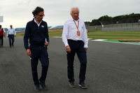 Laurent Mekies, FIA Safety Director en Charlie Whiting, FIA-delegaat, loopt over het circuit