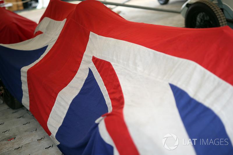 Автомобиль, накрытый британским флагом