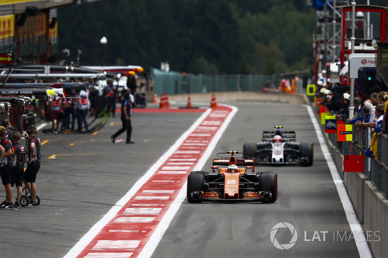 Stoffel Vandoorne, McLaren MCL32, Kevin Magnussen, Haas F1 Team VF-17