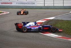 Carlos Sainz Jr., Scuderia Toro Rosso STR12, part en tête-à-queue sous les yeux de Fernando Alonso, McLaren MCL32