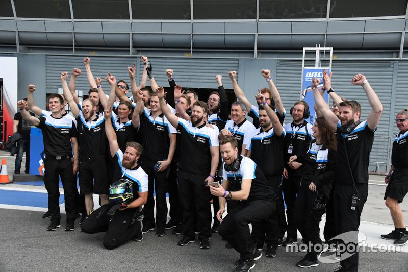 Il team Volvo Polestar festeggia la vittoria