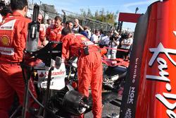 La monoposto di Sebastian Vettel, Ferrari SF70H in griglia di partenza