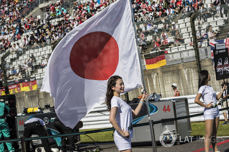 Grid girl with the flag of Japan