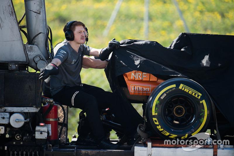 Вкритий McLaren MCL32 Фернандо Алонсо повертають у бокси