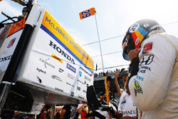 Fernando Alonso, Andretti Autosport Honda, puts on his helmet in the pits