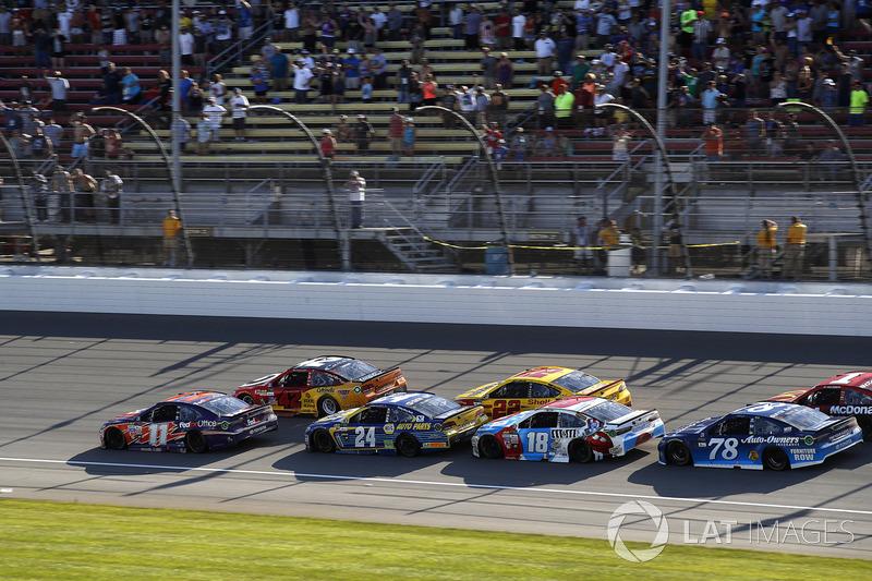 Restart: Kyle Larson, Chip Ganassi Racing Chevrolet, Denny Hamlin, Joe Gibbs Racing Toyota