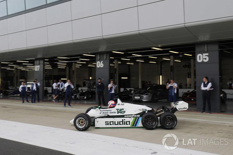 Мартин Брандл за рулем шестиколесной FW08B