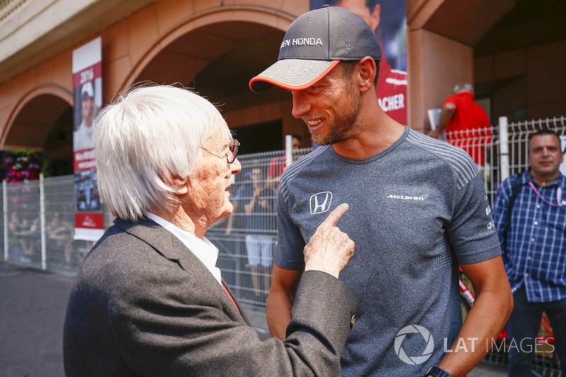 Почетный председатель FOM Берни Экклстоун и гонщик McLaren Дженсон Баттон