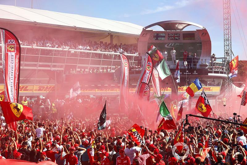 Suasana podium: Pemenang balapan Lewis Hamilton; peringkat kedua Valtteri Bottas; peringkat ketiga Sebastian Vettel