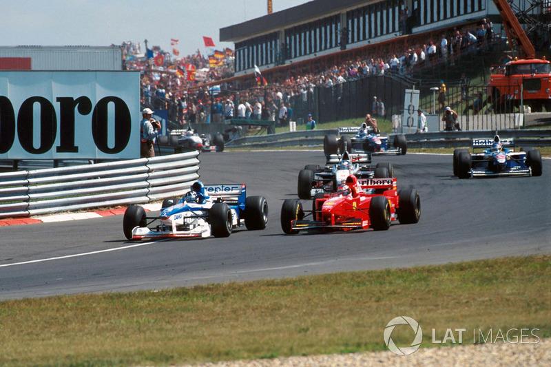 Деймон Хілл (Arrows A18 Yamaha) випереджає Міхаеля Шумахера (Ferrari F310B)