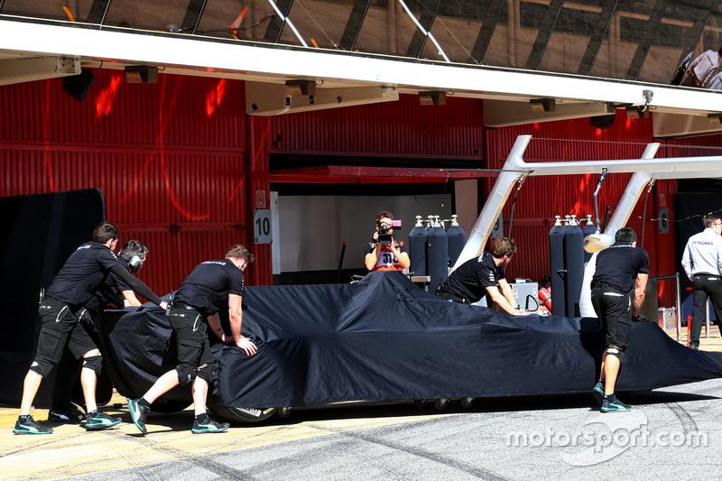 Mercedes AMG F1 W08 en secreto ya que es empujado por los mecánicos en los boxes