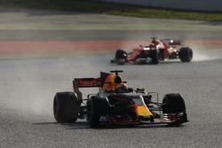 Max Verstappen, Red Bull Racing RB13, devant Kimi Raikkonen, Ferrari SF70H