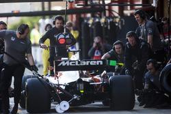 Stoffel Vandoorne, McLaren MCL32, makes a pit stop