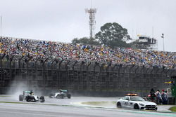Льюис Хэмилтон, Mercedes AMG F1 W07 Hybrid, позади автомобиля безопаности