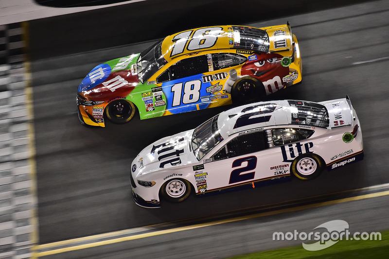 Kyle Busch, Joe Gibbs Racing, Toyota; Brad Keselowski, Team Penske, Ford