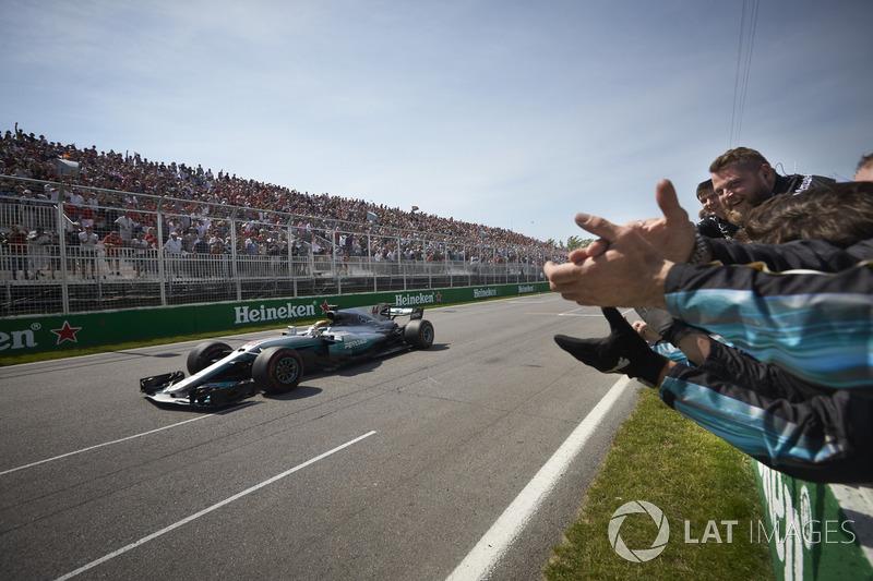 Lewis Hamilton, Mercedes AMG F1 W08, passe la ligne et s'impose