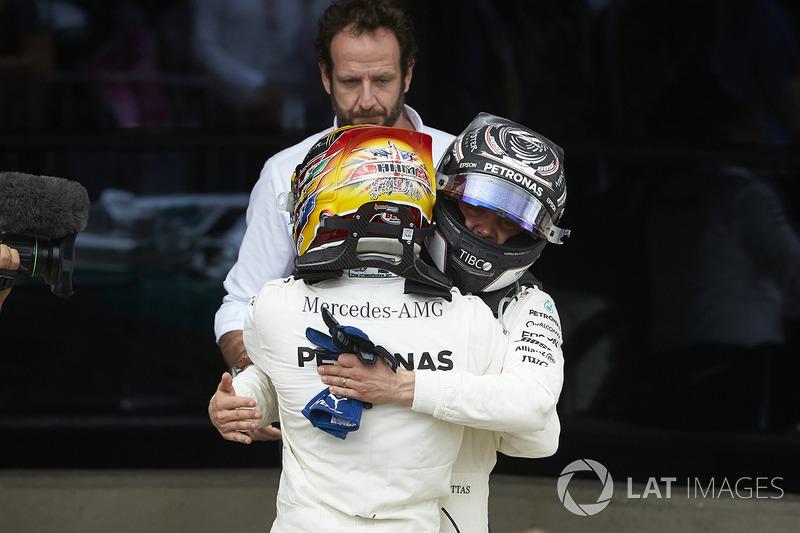 Ganador de la carrera Lewis Hamilton, Mercedes AMG F1, celebra en Parc Ferme, Valtteri Bottas, Merce