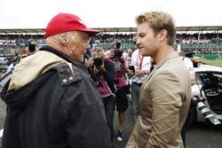 Niki Lauda, Presidente no ejecutivo, Mercedes AMG F1, habla con Nico Rosberg