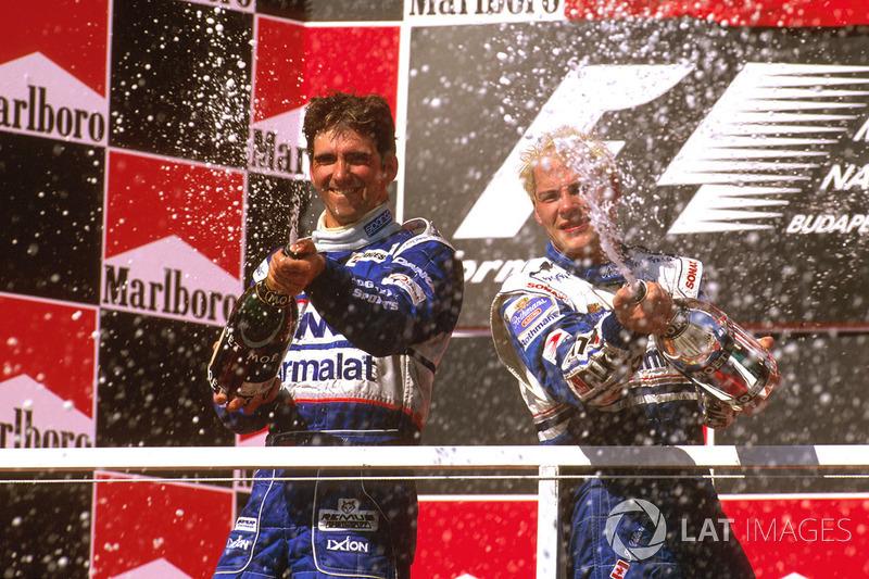 Podio: ganador de la carrera Jacques Villeneuve, Williams Renault, segundo lugar Damon Hill, Arrows