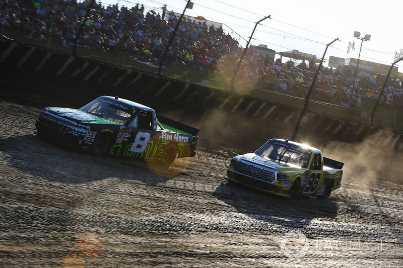 John Hunter Nemechek, SWM-NEMCO Motorsports Chevrolet y Grant Enfinger, ThorSport Racing Toyota