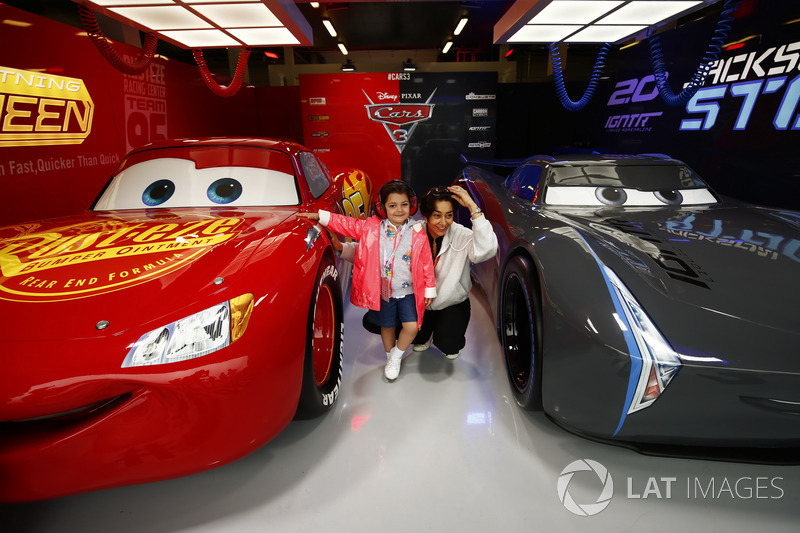 Fans Take A Photo Lightning Mcqueen And Jackson Storm In The Cars 3