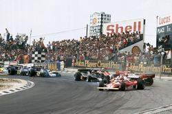 Clay Regazzoni, Ferrari 312T2, James Hunt, McLaren M23 crash as Niki Lauda, Ferrari 312T2 continues